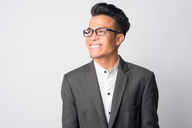 Młody biznesmen azjatyckich w garniturze noszenie okularów