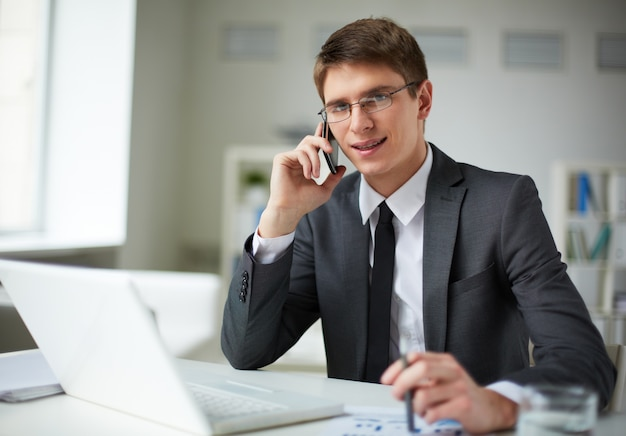 Młody biznesmen bardzo zajęty