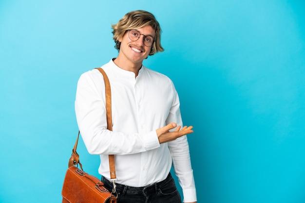 Młody biznesmen blondynka na białym tle