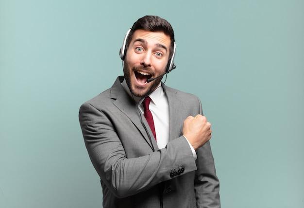Młody biznesmen czuje się szczęśliwy, pozytywny i odnoszący sukcesy