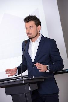 Młody biznesmen dając prezentacji do swoich kolegów
