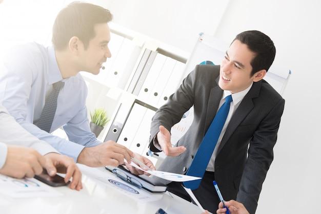 Młody biznesmen dyskutuje pracę na spotkaniu