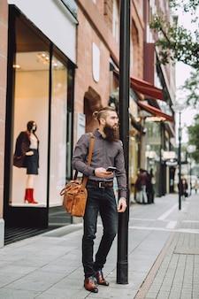 Młody biznesmen idzie drogą do pracy
