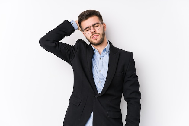 Młody biznesmen kaukaski stwarzających na białym tle izolowane młody człowiek biznesu kaukaski jest w szoku, przypomniała sobie ważne spotkanie.