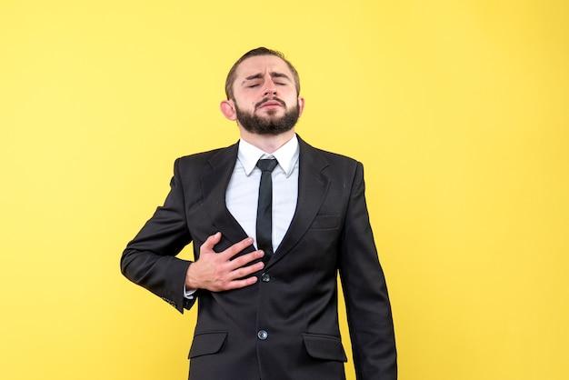 Młody biznesmen odczuwa ból brzucha