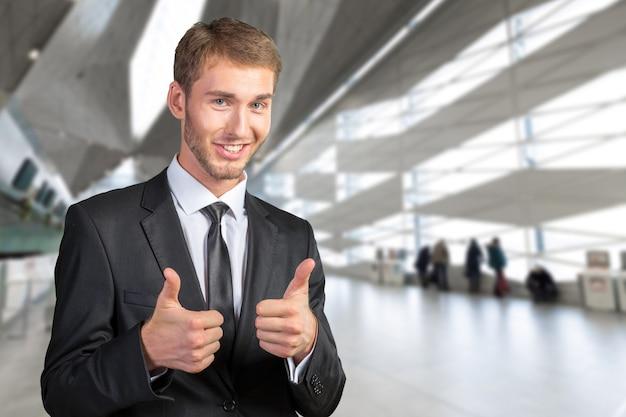 Młody biznesmen ono uśmiecha się i daje ok
