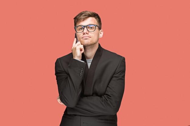 Młody biznesmen opowiada na telefonie komórkowym