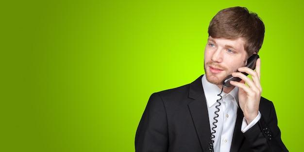 Młody biznesmen opowiada rocznika telefon