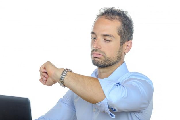 Młody biznesmen, patrząc na zegarek