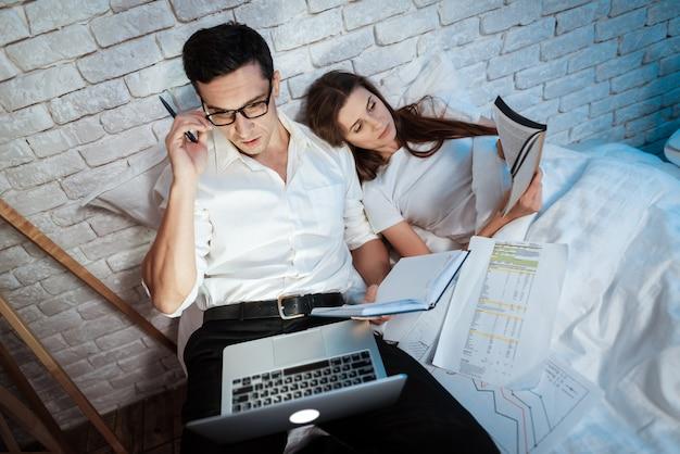 Młody biznesmen patrzy na ekranie laptopa.
