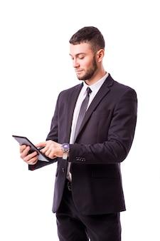 Młody biznesmen posiadający cyfrowy tablet, na białym tle na białej ścianie