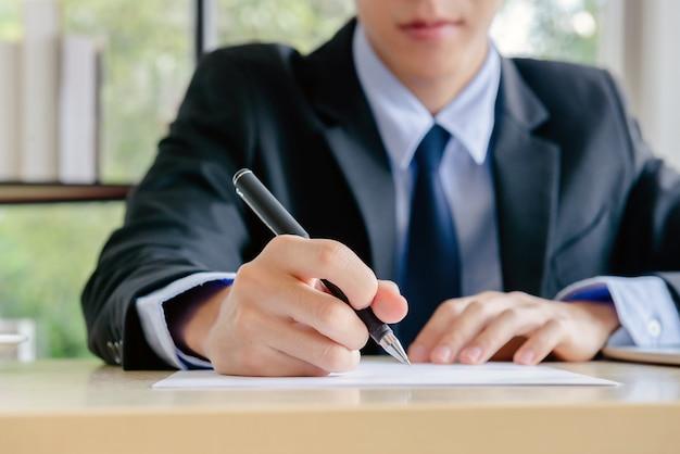 Młody biznesmen pracujący w nowym biurze jest szefem