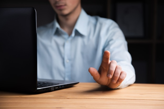 Młody biznesmen pracuje na swoim laptopie