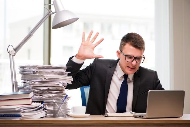 Młody biznesmen pracuje w biurze