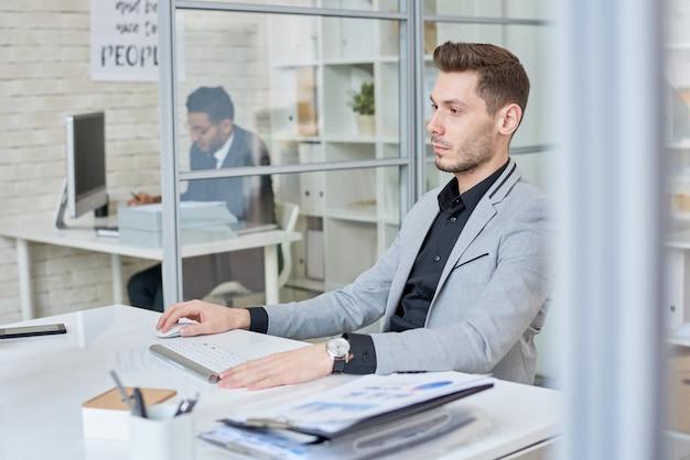 Młody biznesmen pracuje w kabinie