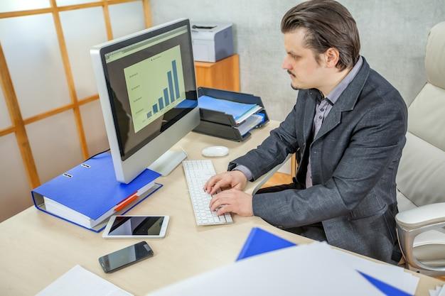 Młody biznesmen pracuje w swoim biurze