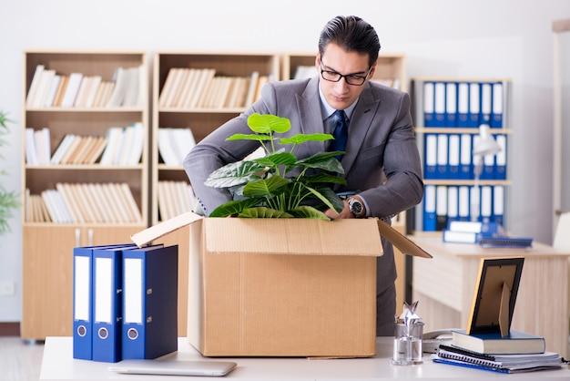 Młody biznesmen przeprowadzki biur po zwolnieniu