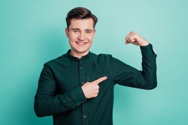 Młody biznesmen punkt triceps mięsień ramienia na białym tle na turkusowym tle