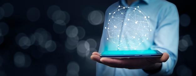 Młody biznesmen ręka telefon z globalnym połączeniem sieciowym