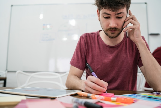 Młody biznesmen rozmawia przez telefon