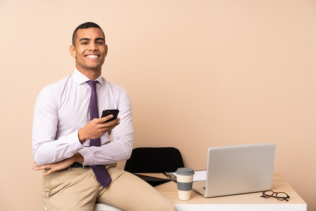 Młody biznesmen śmieje się w biurze