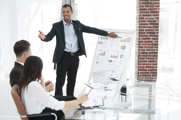 Młody biznesmen sporządzania raportu do prezentacji biznesowej. koncepcja biznesowa