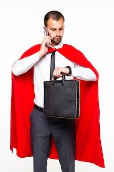 Młody biznesmen super bohater rozmawia telefon patrzeć na zegarek na białym tle