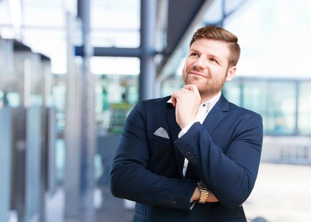 Młody biznesmen szczęśliwy wyraz