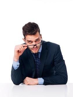 Młody biznesmen trzyma czarne okulary