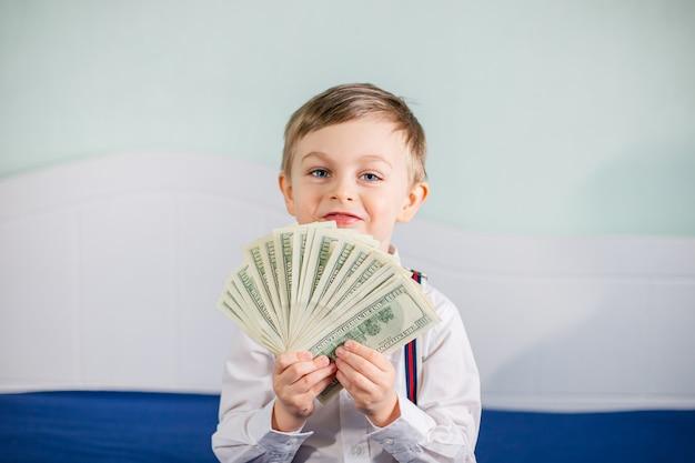 Młody biznesmen trzyma pieniądze w ręce, amerykański sto dolarów gotówki. amerykanin sto dolarów w gotówce.