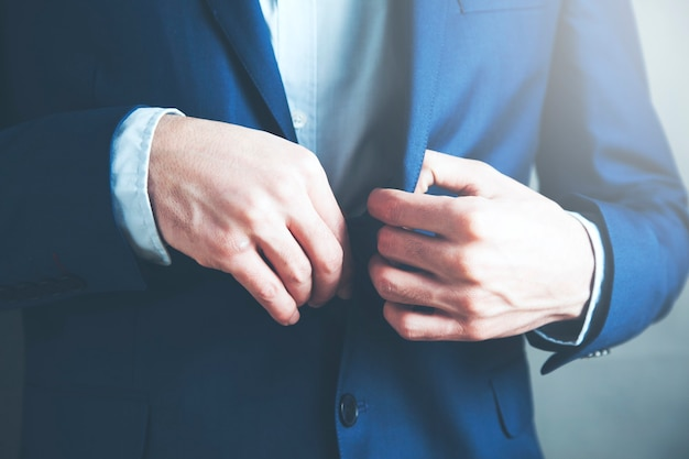 Młody biznesmen trzymając guzik garnituru