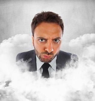 Młody biznesmen w chmurach z wyrażeniem niezdecydowanie