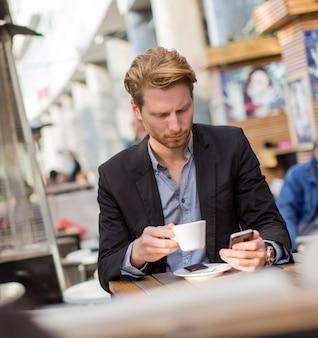 Młody biznesmen w kawiarni
