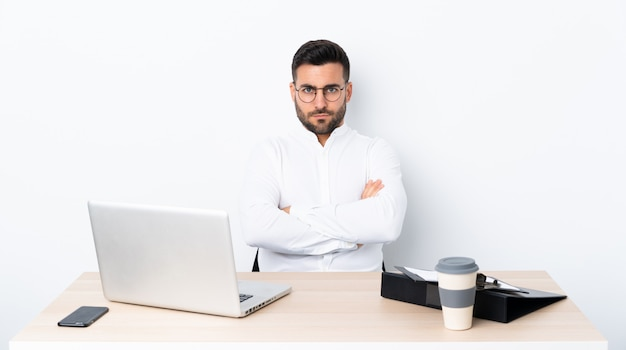 Młody biznesmen w miejscu pracy uczucie zdenerwowany
