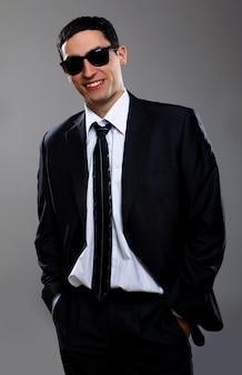 Młody biznesmen w okularach przeciwsłonecznych