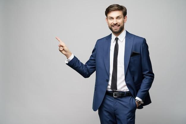 Młody biznesmen, wskazując na palcem