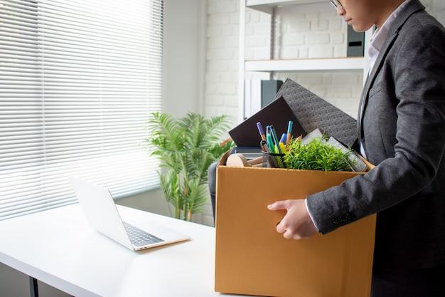 Młody biznesmen wydalony z pracy czuje się zestresowany
