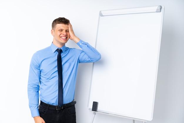 Młody biznesmen wygłasza prezentację na tablicy, coś sobie uświadomił i zamierza rozwiązać problem