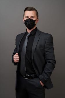 Młody biznesmen z chirurgicznie medyczną maską