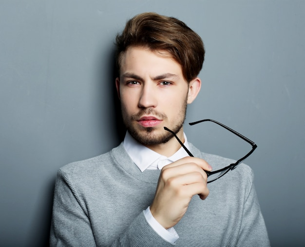 Młody biznesmen z okularami, t