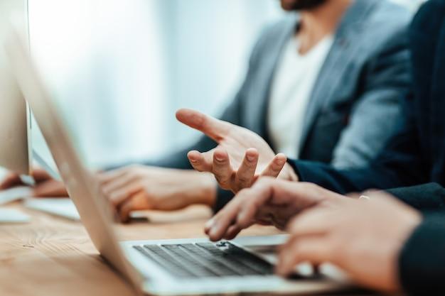 Młody biznesmen za pomocą laptopa w biurze
