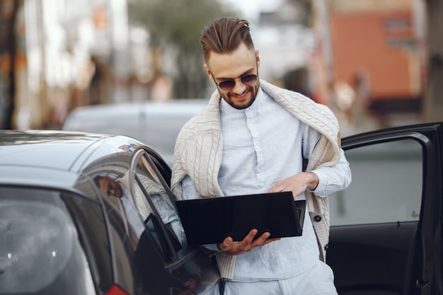 Młody biznesmena odprowadzenie na ulicie