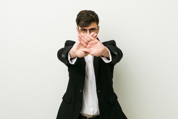 Młody biznesowy latynoski mężczyzna robi zaprzeczeniu gestowi
