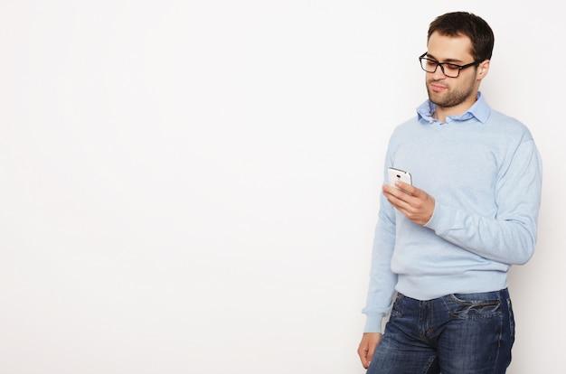 Młody biznesowy mężczyzna używa telefon komórkowego