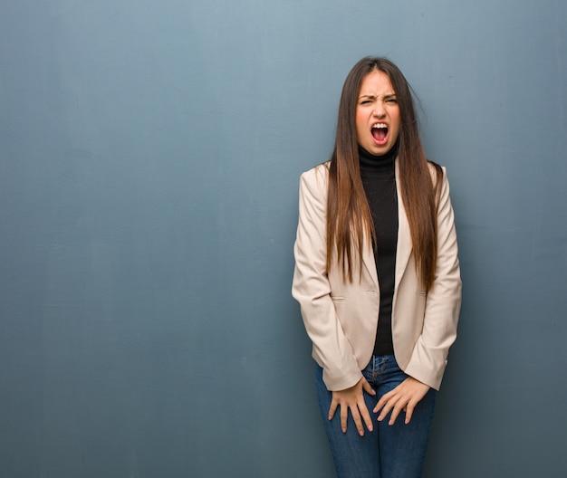 Młody bizneswoman krzyczy bardzo zły i agresywny