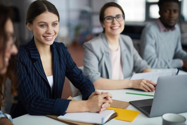 Młody bizneswoman ono uśmiecha się w spotkaniu