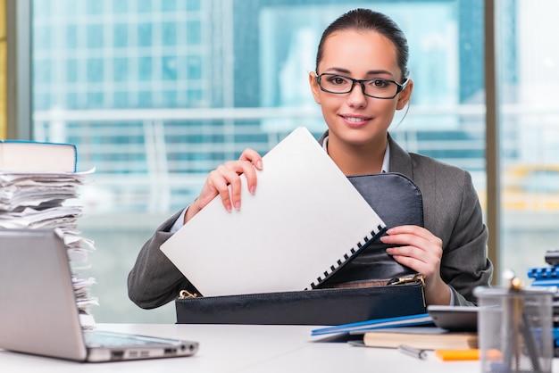 Młody bizneswoman pracuje w biurze