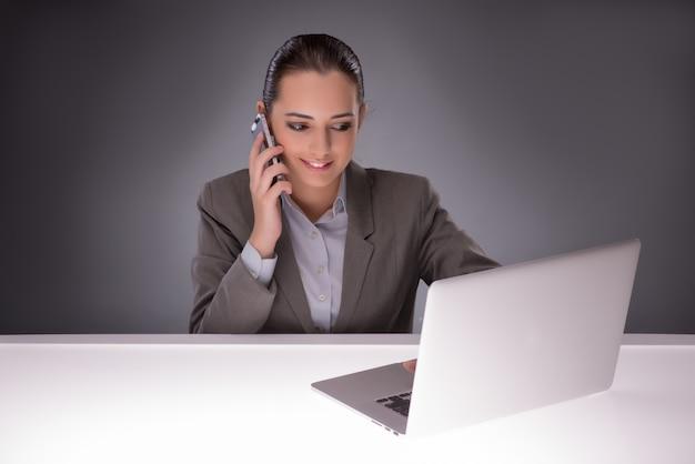 Młody bizneswoman pracuje z laptopem w biznesowym pojęciu