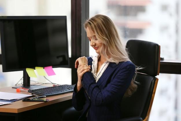 Młody bizneswoman przy biurem