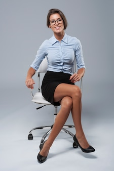 Młody bizneswoman siedzi na krześle